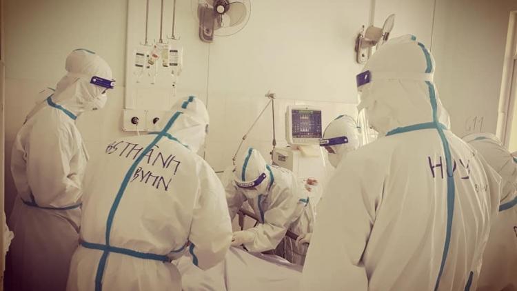 10 tiếng đồng hồ trong bộ đồ bảo hộ để cứu bệnh nhân COVID-19